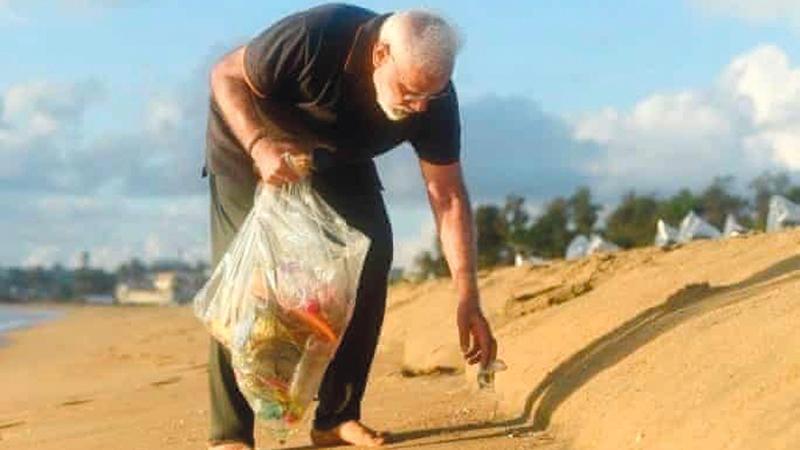 رئيس الوزراء مودي يجمع نفايات البلاستيك من على الشاطئ.  من المصدر