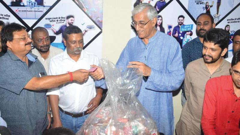 وزير صحة ولاية تشاتيسجار تي إس سينج ديو يقدم نصف كيلوغرام من البلاستيك ليحصل على تذكرة طعام. من المصدر