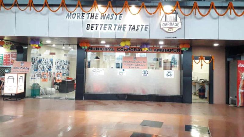 مطعم القمامة فكرة جديدة في الهند للتخلص من نفايات البلاستيك.  من المصدر