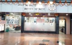 الصورة: مطعم في الهند يقدم وجبة ساخنة نظير كيلوغرام من نفايات البلاستيك