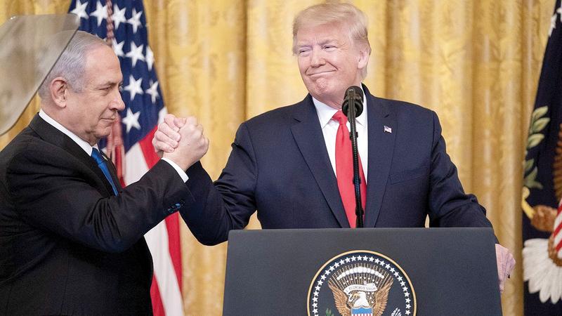 أعلن ترامب أخيراً خطته المعروفة باسم «صفقة القرن» وكان رئيس الحكومة الإسرائيلية بنيامين نتنياهو إلى جانبه.   أرشيفية