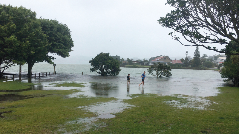 طفلان يمرحان وسط مياه الأمطار.  أ.ب