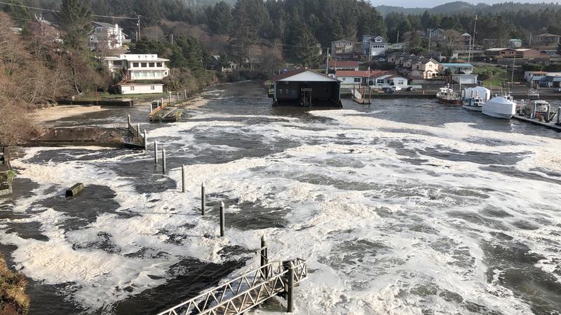 مياه الفيضان تغمر أجزاء من ميناء خليج ديبو.  أ.ب