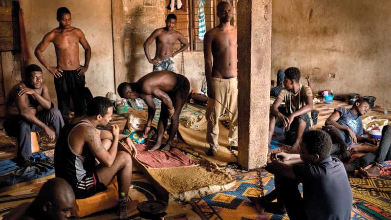 يعتقد سكان غانا أن المريض العقلي مصاب بالجنون وينبغي تقييده.  من المصدر