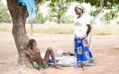 الصورة: المعالجون التقليديون في غانا يربطون مرضاهم بسلاسل إلى جذوع الأشجار