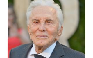 """الصورة: وفاة الممثل كيرك دوغلاس بطل فيلم """"سبارتاكوس"""" عن 103 أعوام"""
