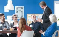 الصورة: مدير شركة يدعو إلى الشفافية والصدق في مكان العمل