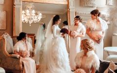 الصورة: «وصيفة» تسرق الأضواء من عروس يوم زفافها
