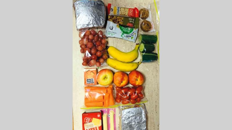 الأم تدافع عن الخيارات الغذائية لابنها وكمية طعامه.  أرشيفية
