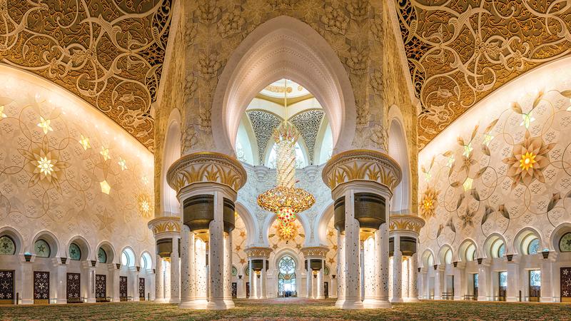 جدران جامع الشيخ زايد عليها الوردة ذات البتلات الخمس التي استخدمتها فاطمة بنت هزاع في تصميمها. من المصدر
