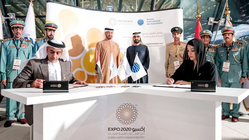 محمد بن راشد ومحمد بن زايد خلال حضورهما توقيع الاتفاقيتين. وام