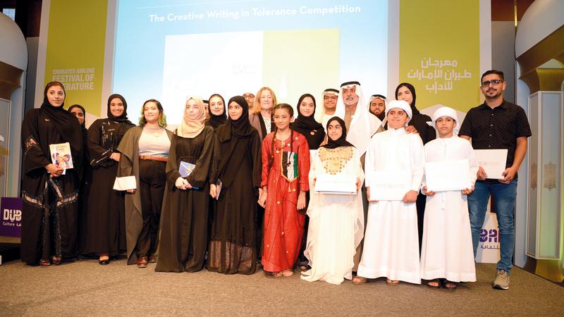 نهيان بن مبارك كرم الفائزين بمسابقة الكتابة الإبداعية للتسامح للأطفال واليافعين. من المصدر
