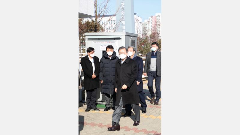الرئيس الكوري الجنوبي مون جاي-إن يزور المرضى القادمين من ووهان في الحجر الصحي بمقاطعة جينشيون الجنوبية.  إي.بي.إيه