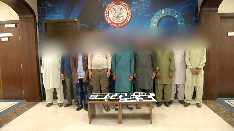 عصابة من المحتالين بعد القبض عليهم.■ من المصدر