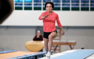الصورة: «عجوز الجمباز» تستعد لظهور ثامن في الأولمبياد