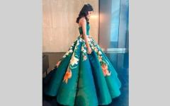 الصورة: طالبة تحيك وتزين فستانها ليوم تخرجها في الثانوية