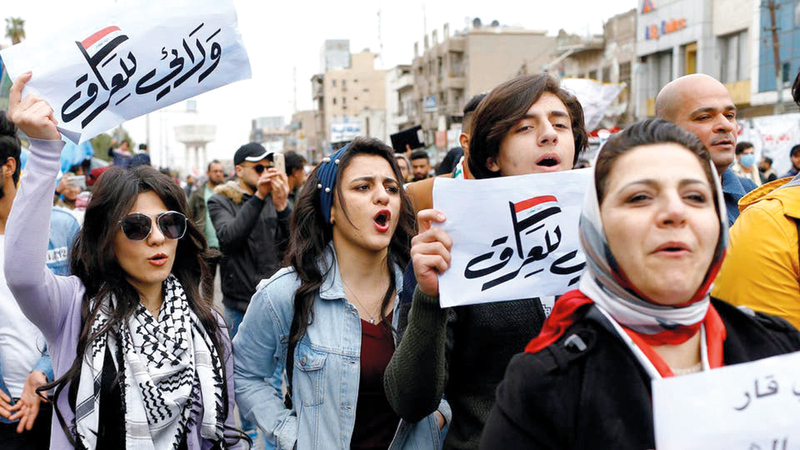 عراقيات في ساحة التحرير يتظاهرن ضد الفساد وتكليف محمد علاوي.  أ.ف.ب