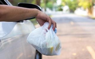 شرطة أبوظبي: مخالفة 355 سائقاً لإلقاء مخلفات من مركباتهم على الطريق في 2019