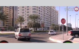 بالفيديو .. شرطة أبوظبي تدعو السائقين إلى التوقف كلياً عند إشارة قف