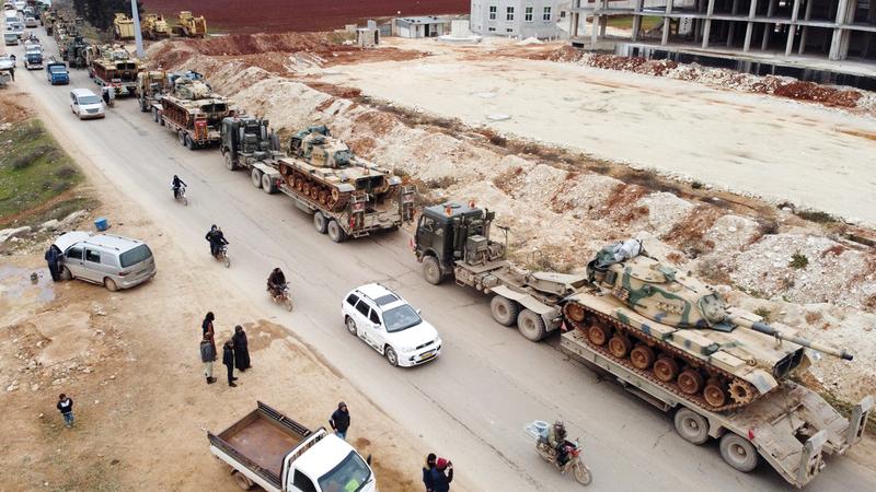 العربات العسكرية التركية لاتزال تتوافد على إدلب. ■أ.ف.ب