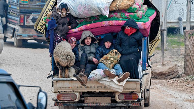 نازحون سوريون يغادرون إدلب. ■ أ.ف.ب