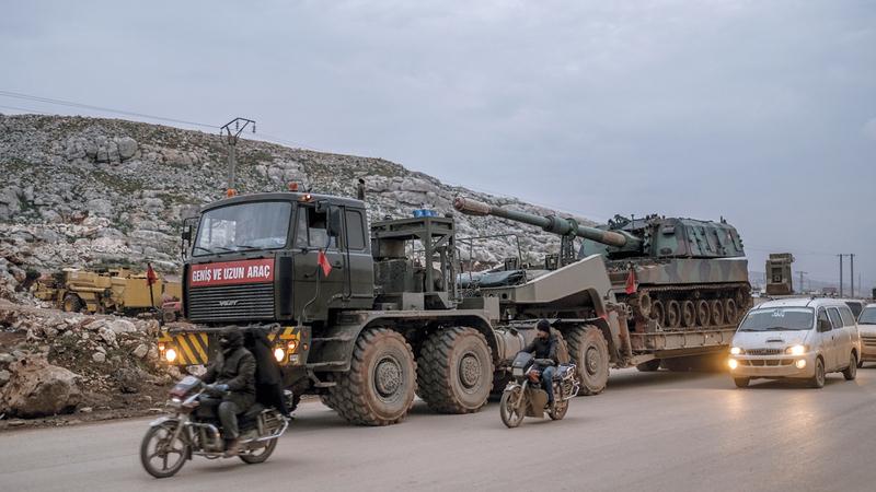 مدفعية تابعة للجيش التركي في شرق إدلب. ■ أ.ب