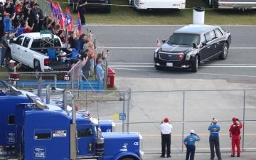 الصورة: شاهد.. ترامب يدخل سباق دايتونا 500 بشكل استعراضي في سيارته الليموزين