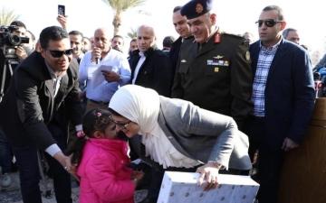 الصورة: بالصور.. وزيرة مصرية تُقبل أطفال العائدين من الصين بعد انتهاء الحجر الصحي