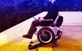الصورة: بالفيديو: كرسي متحرك يصعد السلالم