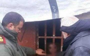 الصورة: الشرطة السورية تنقذ طفلاً حبسته زوجة والده في حظيرة حيوانات لشهور