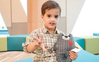 الصورة: «مؤسسة الجليلة» ومتبرع يسددان 142 ألف درهم كلفة جراحات لـ«عمر»