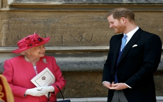 الصورة: الملكة إليزابيث.. هل تمنع هاري وميغان من استخدام كلمة «ملكي»؟