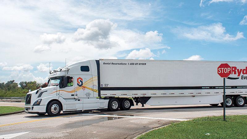 شاحنة ذاتية الحركة تغادر الموقف.  عن المصدر