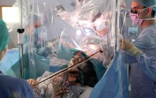 الصورة: مريضة تعزف الكمان أثناء خضوعها لجراحة في الدماغ