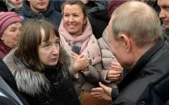 الصورة: امرأة روسية تضع بوتين على صفيح ساخن