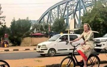 الصورة: وزيرة التجارة الهولندية تتجول بـ«دراجة هوائية» في شوارع الخرطوم