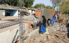 الصورة: الهند تبني جداراً لحجب الفقراء  عن عينَي ترامب وميلانيا