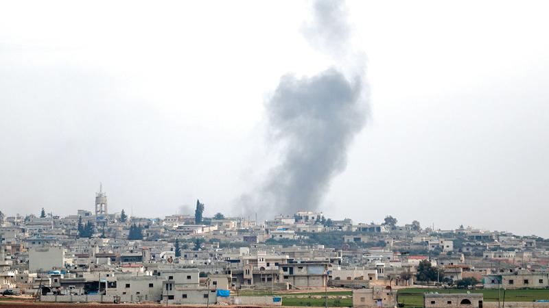 الدخان يتصاعد في إدلب نتيجة القصف.  أ.ف.ب