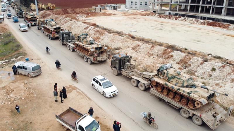 تركيا تحشد قواتها في إدلب انتظـــاراً لنهاية فبراير.  أ.ف.ب