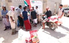 الصورة: الإمارات تواصل تسيير القوافل الغذائية إلى أهالي حضرموت
