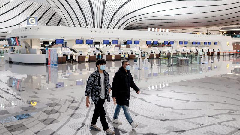 صالة مطار شبه خالية في بكين بسبب تفشي فيروس كورونا.  أ.ف.ب