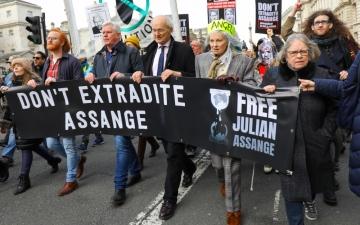 الصورة: بالصور.. مشاهير وساسة يقودون مسيرة في لندن دعماً لجوليان أسانغ