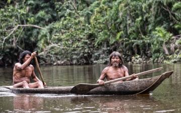 الصورة: أغرب قبيلة في العالم.. أفرادها يعيشون عرايا ويصطادون بالرماح