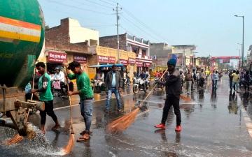 الصورة: بالصور.. الهند تغسل شوارعها لاستقبال ترامب