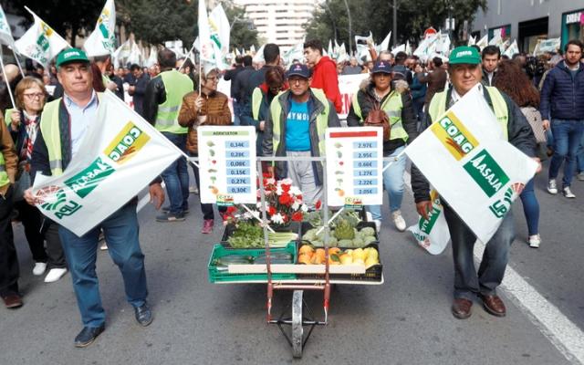 الصورة: المزارعون الإســبان يتـظــاهـرون احتجاجاً على الأسعار المنخفضة لمنتجاتهم