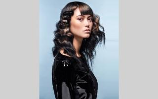 الصورة: الشعر الطويل.. موضة جديدة لتسريحات حادة ومتموّجة