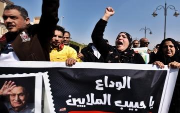 """الصورة: مصريون يشيّعون مبارك بالدموع: """"الوداع يا حبيب الملايين"""""""