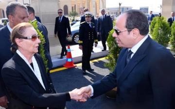 """الصورة: أول صورة لـ""""سوزان مبارك"""" بعد وفاة زوجها.. السيسي يعزيها"""