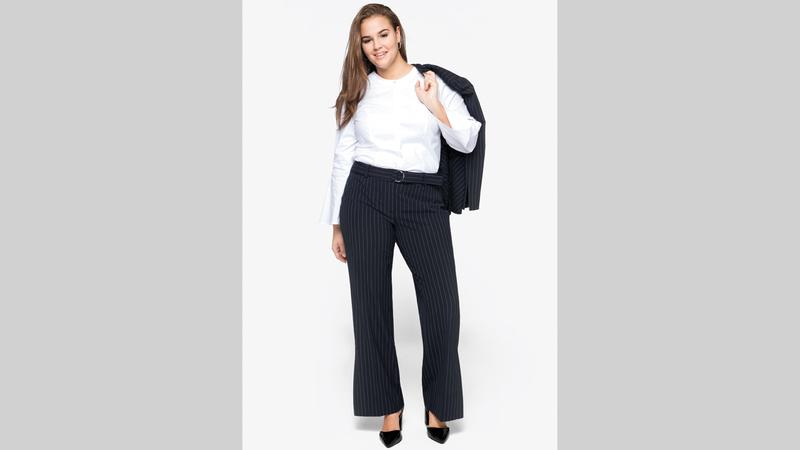 يمكن للمرأة ذات الأكتاف العريضة ارتداء السروال ذي الرجلين الواسعتين لخلق نوع من التوازن البصري.