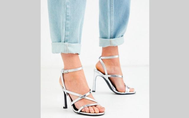 الصورة: أحذية 2020 تتلألأ بالفضي
